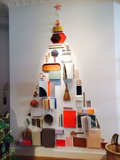 Here is a list of creative Christmas display ideas for inspiration. All these ideas are DIY friendly, so you can make them for your retail business. Christmas Tree Design, Modern Christmas, Christmas Diy, Christmas Decorations, Holiday Decor, Xmas Tree, Visual Merchandising Displays, Visual Display, Display Design