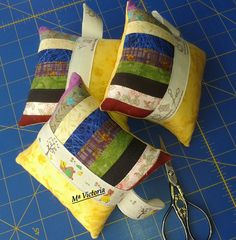 Love the ribbon on these pin cushions  Mis Labores: Acericos