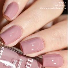 False nails have the advantage of offering a manicure worthy of the most advanced backstage and to hold longer than a simple nail polish. The problem is how to remove them without damaging your nails. Mauve Nail Polish, Mauve Nails, Neutral Nails, Nail Polishes, Pink Gel Nails, Diy Nails, Dusty Pink Nails, Nexgen Nails Colors, Light Pink Nail Polish