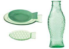 アメリカのヴィンテージのガラス食器のような質感に、パオラ・ナヴォーネのトレードマークともいえる魚モチーフをデザインに落とし込んだテーブルウェアコレクション《フィッシュ&フィッシュ》。ベルギーの〈セラックス〉より発売です。