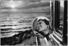 Elliott Erwitt, Santa Monica, California, © Elliott Erwitt/Magnum Photos >>So great, black and white is so dramatic and moving. Robert Doisneau, Magnum Photos, Magnum Fotografie, Street Photography, Art Photography, Famous Photography, Photography Wallpapers, Couple Photography, Digital Photography