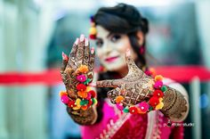 Mehendi clicks Brides Must have on Mehendi Photography Indian Wedding Pictures, Indian Wedding Bride, Wedding Girl, Indian Bridal, Desi Bride, Punjabi Wedding, Bridal Mehndi, Mehendi Photography, Indian Wedding Couple Photography