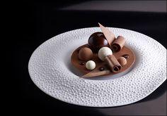 Chef Roger Van Damme - Photo-Frank Croes L'art de dresser et présenter une… Fancy Desserts, Gourmet Desserts, Plated Desserts, Gourmet Recipes, Dessert Recipes, Dessert Simple, Chefs, Pastry Art, Molecular Gastronomy