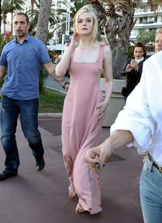 elle-fanning-in-pink-out-in-cannes-05-19-2017-9.jpg (1280×1768)