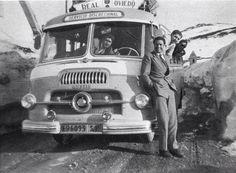 Así viajaba el Oviedo en 1955;  el del traje es Argila, un catalán que luego sería entrenador del Real Oviedo y fue internacional con España. Un dandy!