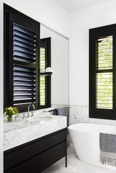 Unbelievable Contemporary Black & White Bathroom Design The post Contemporary Black & White Bathroom Design… appeared first on Dol Decor . Paz Interior, Interior Exterior, Home Interior, Bathroom Furniture, Bathroom Interior, White Marble Bathrooms, Small Bathroom, Black Bathrooms, Bathroom Laundry