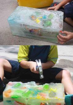 Tesoro escondido: ¡Demasiado entretenido para todas las edades! Sólo necesitas un recipiente grande, debes llenarlo con agua y colocar lo que quieras adentro. Se necesita por lo menos unas 3 o 4 horas para que se enfríe el agua y quede como hielo.