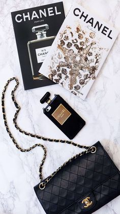 A Chanel handbag is anticipated to get trendy. So how could you get a Chanel handbag? Fendi, Gucci, Chanel Perfume, Chanel Chanel, Chanel Fashion, Chanel Tote, Chanel Handbags, Foto Fashion, Street Fashion