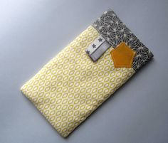 étui à lunettes ou tel en tissus jaune et gris. : Etuis, mini sacs par mademoiselle-eglantine