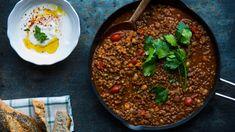 Dette er en slags chili con carne på marokkansk vis. Oppskriften er det matblogger og -skribent Aicha Bouhlou som står bak.