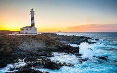 Faro de Faváritz al atardecer con ola del mar mediterráneo