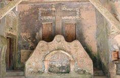 """Convento dos Capuchos: Alpendre de entrada - nicho com embrechados e cruz com """"O Crucificado"""""""
