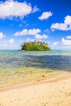 Tropical Island de motu Taakoka cubierto de palmeras en la Laguna de Muri, Rarotonga, Islas Cook, Pacífico Sur, el Pacífico