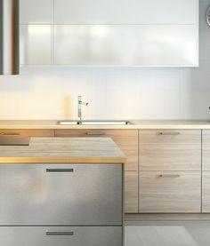 Kjøkken med valnøttmønstrede fronter i rustfritt stål