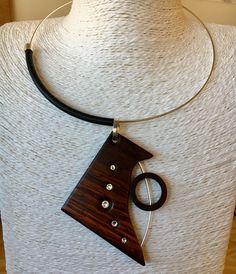 Colgante de madera de cocobolo con incrustaciones de cristal Swarovski. Plata y caucho.
