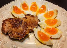 O reteta de mic dejun Dukan din doua oua fierte cu galbenus moale dar albus tare plus muschi file la tigaie, o doza consistenta de energie.