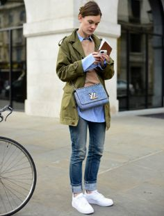 12 cool ideas on how to wear denim from LFW street style stars … www. 12 cool ideas on how to wear denim from LFW street style stars … www. Stylish Street Style, Nyfw Street Style, Urban Street Style, Street Style Summer, Cullotes Street Style, Fashion Updates, Star Fashion, What To Wear, Stars