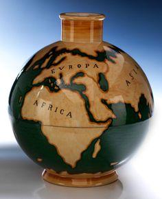 """Gio Ponti-Vase """"Le Mie Terre""""  Höhe: 25,7 cm. Durchmesser: 22 cm. Auf der Unterseite Manufaktur-Signet der Krone sowie """"Ginori 1185-376 E Gi..."""