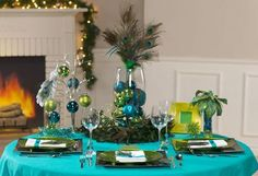 More great peacock holiday table setting ideas.