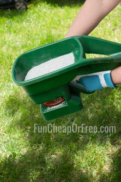 Green Lawn Care Tips for Cheap How to use sugar on your lawn as an inexpensive fertilizer! (It's cheap and it WORKS! Grass Fertilizer, Lawn Care Companies, Bermuda Grass, Lawn Care Tips, Lawn Sprinklers, Yard Care, Garden Maintenance, Green Lawn, Garden Projects