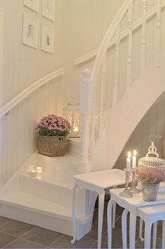 Shabby chic décor became popular several years ago. Lets see how to decorate cute and sweet shabby chic hallway. Shabby Chic Hallway, White Staircase, Curved Staircase, Cottage Staircase, White Hallway, Hallway Decorating, Decorating Ideas, Staircase Decoration, Home And Deco