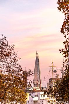Here are 21 amazing places to see along the Thames in London. From east to west, you'll love these famous landmarks and secret spots. Best Places In London, London Blog, London View, Best Sunset, Over The River, World Cities, London Photography, London Travel, Sunrises