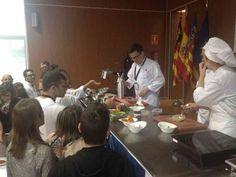 Asistentes al Congreso consultando y Fotografiando los platos de Luis Arévalo