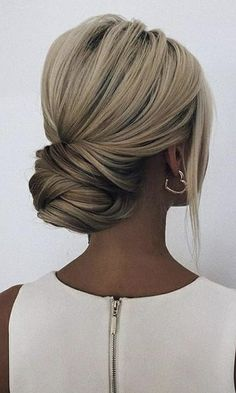 Chignon chic et simple. - Chignon chic et simple. Messy Wedding Hair, Wedding Hair And Makeup, Bridal Hair Updo Elegant, Low Bun Bridal Hair, Bridal Chignon, Elegant Bun, Wedding Bun, Sophisticated Wedding, Casual Wedding