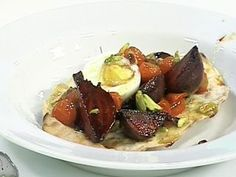Ensalada de remolachas asadas, tomates confitados y huevos