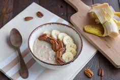 Un porridge onctueux à la banane et aux noix de pécan.