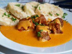 Maso nakrájíme na menší kostky. Na olejí zpěníme pokrájenou cibuli, přidáme mase a zprudka orestujeme. Posypeme paprikou a lehce osmažíme.... Pork Tenderloin Recipes, What To Cook, Thai Red Curry, Stew, Mashed Potatoes, Food And Drink, Treats, Chicken, Cooking