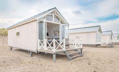 Une maisonnette bleue sur la plage - PLANETE DECO a homes world Small Beach Houses, Dream Beach Houses, Beach Cottage Style, Beach House Decor, Beach Hut Shed, Beach Huts, Beach Hut Interior, Prefab Cabins, Appartement Design