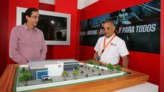 """Ministro de la Presidencia comparte con visitantes de """"stand"""" del 911 en Expo Cibao"""