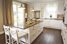 Vi har hela tiden varit inställda på att vi skall ha ett vitt kök med inga undantag. Igår trillade vi över tröskeln och funderar på om vi skall våga ha grått kök? I och med att vi kommer att köpa kök…