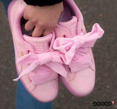 Hoe cool zijn deze brede, fluwelen veters? Zou jij deze Puma's dragen?❤️ of ❌? https://www.sooco.nl/puma-suede-heart-reset-wns-roze-lage-sneakers-30200.html