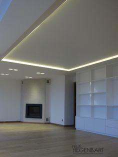 Faux-plafond en fermacell avec un cadre en polycarbonate translucide rétroéclairé.