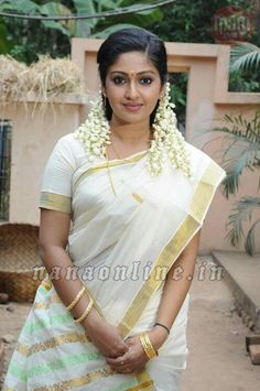Mithra is a Kerala saree: isn't there something wonderfully charming about a girl who wears flowers in her hair? Beautiful Saree, Beautiful Bride, Beautiful People, Beautiful Ladies, Simply Beautiful, India Beauty, Asian Beauty, Natural Beauty, Kerala Saree