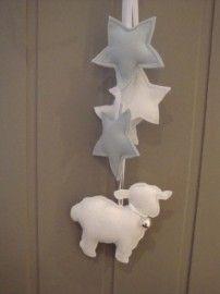 Vilten hanger met schaapje en sterren.