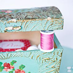 Storing of sewing supplies in a thrifted vintage sewing box. (In Swedish and English)