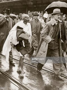 Mahatma Gandhi wearing indian woven cloth in preference to british clothes to invite India's independence. He is taking part in the constitution conference in London; Gandhi with traditional white clothes between gentlemen with raincoats and /Getty Images History Of India, Ap World History, History Photos, History Facts, Rare Pictures, Historical Pictures, Rare Photos, Vintage Photographs, Mahatma Gandhi Photos