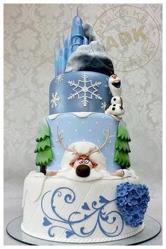 Nesse bolo maravilhoso, temos o destaque dos personagens mais fofos desse tema! Se você não quiser abusar das figuras da Rainha Elsa e da Princesa Anna no seu bolo, esse modelo está perfeito. Créditos Arte da Ka.