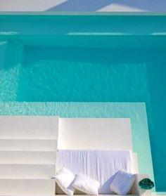 Piscina blanca. Banca dentro de piscina en el perímetro