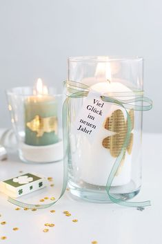 DIY Silvester: Glückskerze, Wunschglas to-go + Sektgläser mit Gold-Glitter Fast + uncomplicated: Fortune candles to give away Glitter Wine Bottles, Glitter Candles, Gold Glitter, Glitter Glasses, Cheap Candles, Diy Candles, Diy Silvester, Birthday Card Drawing, Diy Crafts To Do