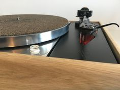 Préparation / Restauration d'une platine vinyle vintage thorens td150 accompagnée d'un bras Linn. Signé par l'atelier Audio Pasdeloup, socle en chène massif. #PlatineVinyle #Vinyle #Design #Nantes #Audio #AudioPasdeloup #Vintage Audio Hifi, Record Players, Restaurant, Espresso Machine, Turntable, Coffee Maker, Kitchen Appliances, Design, Acoustic Music