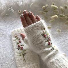 Fingerless Gloves Knitted, Crochet Gloves, Knit Mittens, Knit Crochet, Hand Knitted Sweaters, Sweater Knitting Patterns, Baby Knitting, Bonnet Crochet, Hand Embroidery Patterns