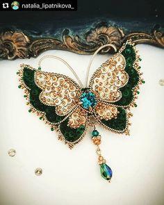 """ЭСКЛЮЗИВНЫЕ РАБОТЫ HANDMADE в Instagram: «Repost @natalia_lipatnikova_ ・・・ Новая брошь - бабочка """"Изумрудная"""" 💚яркая и элегантная)) с кристаллом Сваровски . Размер 6,5 на 5…» Bead Embroidery Jewelry, Soutache Jewelry, Bead Jewellery, Seed Bead Jewelry, Beaded Embroidery, Embroidery Fashion, Jewelry Art, Beaded Jewelry, Beaded Ornament Covers"""