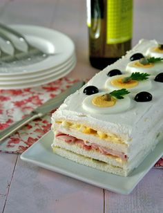 Torta tramezzino con insalata russa #ricetta #tortatramezzino Tea Recipes, Sweet Recipes, Good Food, Yummy Food, Sports Food, Sandwich Cake, Food Platters, Love Eat, Antipasto