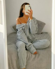Sporty Outfits, Chic Outfits, Girl Outfits, Loungewear Outfits, Grey Outfit, Comfy Hoodies, Hoodie Outfit, Flare, Aesthetic Clothes
