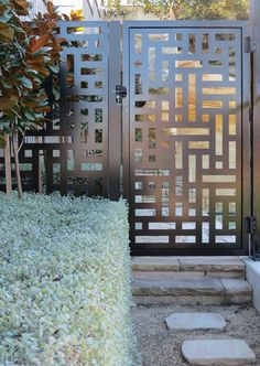 70 Ideas for metal screen gate decor Steel Gate Design, Front Gate Design, House Gate Design, Door Gate Design, Railing Design, Fence Design, Balcony Grill Design, Grill Door Design, Metal Gates