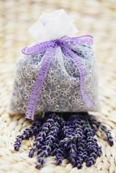 DIG Easy Lavender Soap - grate plain natural soap bar and melt it. Add lavender oil and crushed dry lavender flowers. Lavender Cottage, Lavender Soap, Lavender Sachets, Lavender Blue, Lavender Flowers, Lavender Fields, Lavender Wands, French Lavender, Dried Flowers